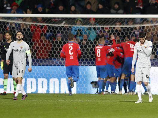 La delusione della Roma dopo il secondo gol del Viktoria Plzen. Ap