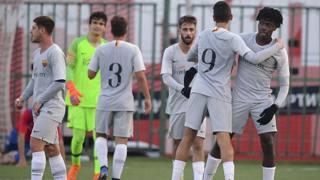 La Roma Primavera festeggia la qualificazione agli spareggi della Youth League. Lapresse