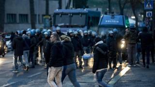 Polizia in assetto antisommossa a Roma. Ansa