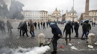 Lazio-Eintracht, scontri ultrà: le immagini dei disordini