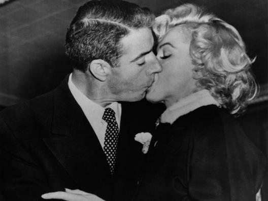 Un bacio tra Joe Di Maggio e Marilyn Monroe.