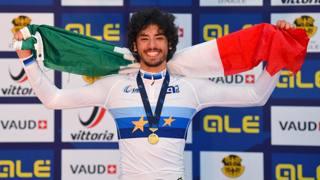 Samuele Manfredi, 18 anni, ligure di Loano, felice sul podio dopo l'oro all'Europeo su pista. Bettini