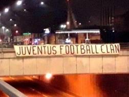 Lo striscione appeso nella notte in corso Grosseto a Torino, nei pressi dello Juventus Stadium