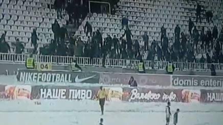 I tifosi si accaniscono contro il guardalinee