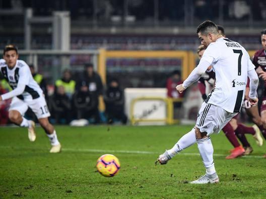 Cristiano Ronaldo realizza il gol dell'1-0. Afp