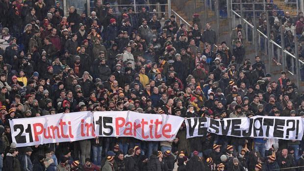 Uno striscione esposto all'Olimpico contro la squadra della Roma. Lapresse