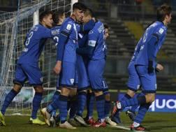 L'esultanza del Brescia per uno dei due gol segnati al Lecce. Lapresse