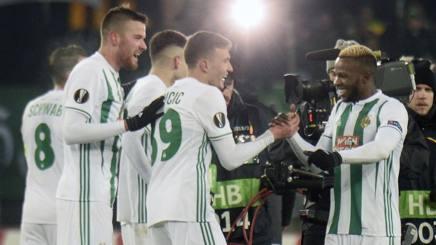 I giocatori del Rapid Vienna festeggiano il passaggio del turno nei gironi di E.L. Afp