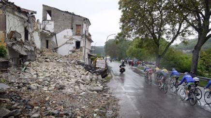 Giro 2010: la corsa rosa rende omaggio all'Aquila un anno dopo il terremoto. Bettini