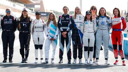 La ragazze in pista; da sinistra: Mann, Calderon, Al-Qubaisi, Schreiner, Jorda, Visser, Chadwick, De Silvestro e Legge