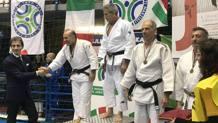La premiazione dei 73 kg classe M6-M7: Armando Argano si complimenta con Elio Paparello, 2° classificato alle spalle di Silvio Lilli. Foto Jacopo Ripepi