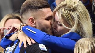 Mauro Icardi e Wanda Nara nel bacio post-derby. Ansa