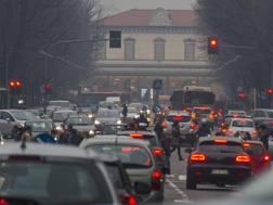 Smog e traffico in città. LaPresse