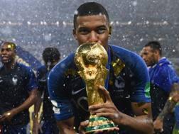 Kylian Mbappè bacia la coppa dopo la finale del Mondiale 2018. Afp