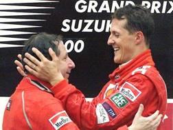 Jean Todt, 72 anni, con Michael Schumacher, 49 anni sul podio di Suzuka 2000 EPA