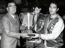 Al centro un giovanissimo Dino Meneghin (oggi 68 anni) nel 1970 con la prima Coppa Campioni di Varese