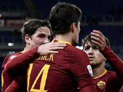 Nicolò Zaniolo, Patrik Schick e Cengiz Under festeggiano il gol del 2-0 sul Sassuolo. Afp