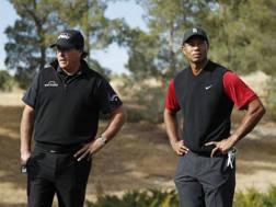 Phil Mickelson, 48 anni, e Tiger Woods, 43, durante la sfida del 23 novembre a Las Vegas. Ap