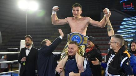Luigi Merico portato in trionfo dopo la vittoria contro Giovanni Tagliola