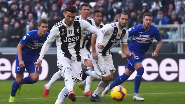 Cristiano Ronaldo calcia il rigore del 2-1. Getty