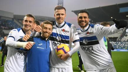 Castagne, Gomez, Ilicic e Palomino sorridenti dopo il 6-2 al Sassuolo. Lapresse