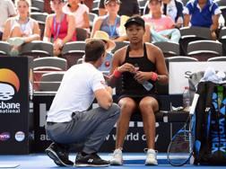 Naomi Osaka parla con coach Sascha Bajin. AFP
