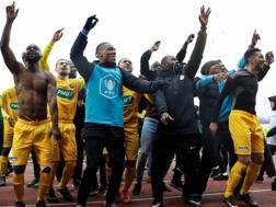 L'esultanza dei giocatori del Viry-Châtillon, dopo lo storico successo contro l'Angers. Afp
