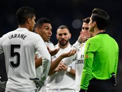 I giocatori del Real Madrid si lamentano con l'arbitro. Afp