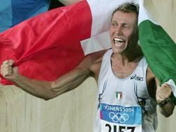 Stefano Baldini festeggia l'oro vinto nella Maratona alle Olimpiadi di Atene 2004. Ansa