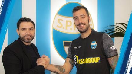 Davide Vagnati, d.s. della Spal, e il suo nuovo portiere Emiliano Viviano. Twittter