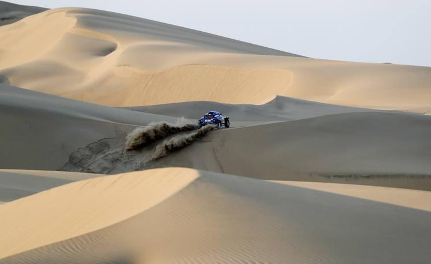 La Dakar 2019 si corre interamente in Perù e su un tracciato quasi interamente nel deserto. Ecco alcuni spettacolari passaggi della gara tra le dune. Ap