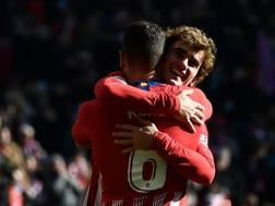 Antoine Griezmann abbraccia Koke dopo il gol che ha permesso all'Atletico di vincere la sfida. AFP