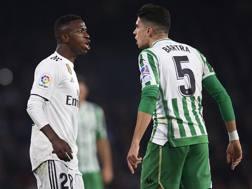 Vinicius Junior, ala del Real Madrid, e Marc Bartra, difensore del Real Betis. GETTY
