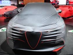 Un'Alfa Romeo coperta prima del via del Salone di Detroit. Afp