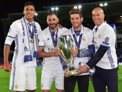 Varane, Benzema, Luca e Zinedine Zidane con la Supercoppa europea