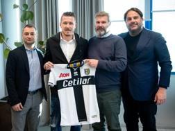 Prima foto di rito con la maglia del Parma in mano per Juraj Kucka. ParmaCalcio1913.com