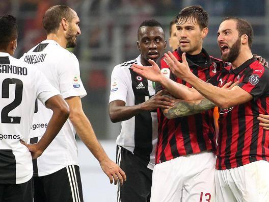 Il momento dell'espulsione di Higuain durante Milan-Juve in campionato. Ansa