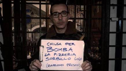 337fcbbc8266e Gino Sorbillo col cartello davanti alla propria pizzeria