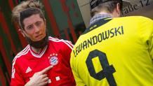Un tifoso del Bayern festeggia l'arrivo di Lewandowski dal Dortmund. Epa