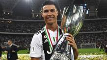 Cristiano Ronaldo si coccola la Supercoppa. Getty