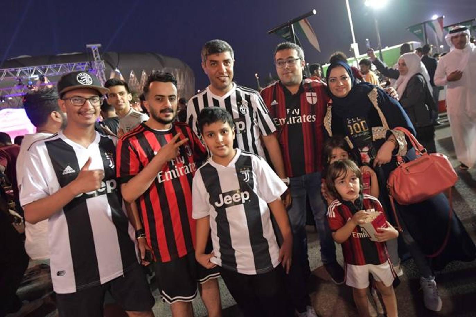 Tifosi arabi di Juve e Milan davanti allo stadio prima del fischio d'inizio. Afp
