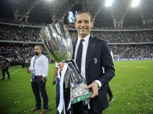 Massimiliano Allegri, 51 anni, con la Supercoppa italiana vinta a Gedda