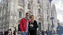 Piatek e la fidanzata Paulina in piazza Duomo a Milano.