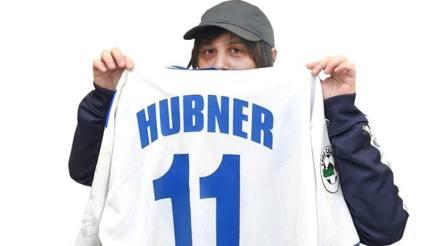 Calcutta posa con la maglia di Hubner. (Foto Bozzani)
