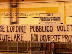 Striscione di protesta all'esterno dello stadio Ferraris di Genova