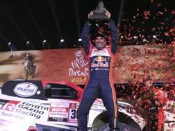 Nasser Al-Attiyah celebra il trionfo alla Dakar 2019 auto. Ap