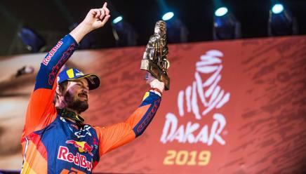 Toby Price festeggia la vittoria alla Dakar moto. Afp