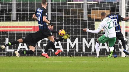 Una parata di Samir Handanovic, portiere dell'Inter, 34 anni. Lapresse