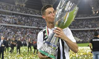 Cristiano Ronaldo bacia la Supercoppa Italiana. Getty