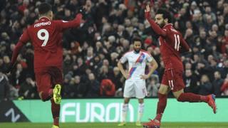 Firmino e Salah esultano nella vittoria del Liverpool sul Crystal Palace. AP